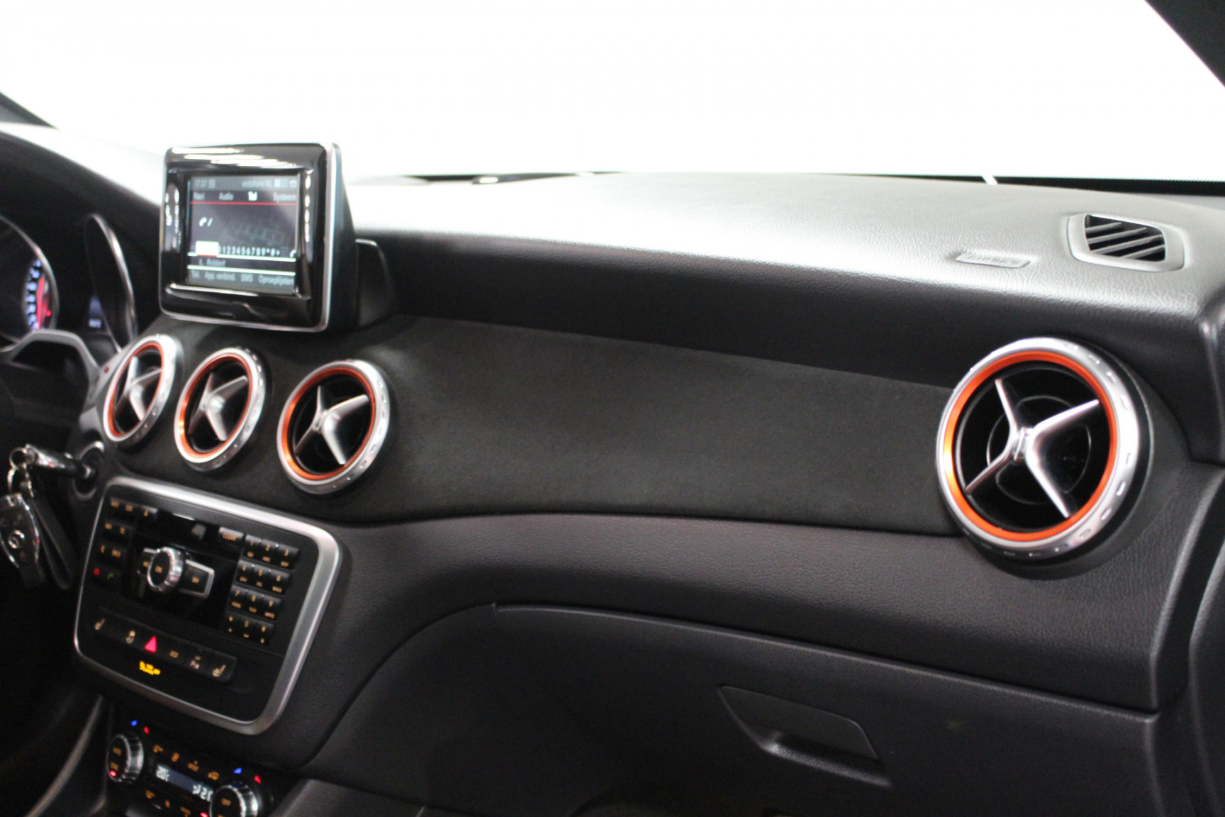 Mercedes-Benz-GLA-11